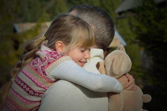 Father taking time to be and to speak with daughter - Vader die tijd neemt om samen met zijn dochter te zijn en met haar te praten