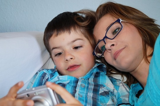 Moeder tijd nemend om te praten met haar zoon - Mother taking time to spend moments of thoughts with her son
